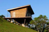 Refugio Eucaliptus, construido sobre 8 soportes de madera