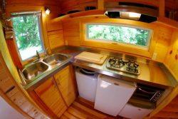 casa-diminuta-Orange-cocina-completa