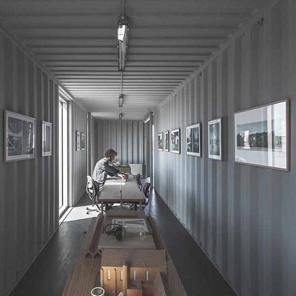 Contenedores usados para edificio de oficinas desmontable for Diseno de oficinas con contenedores
