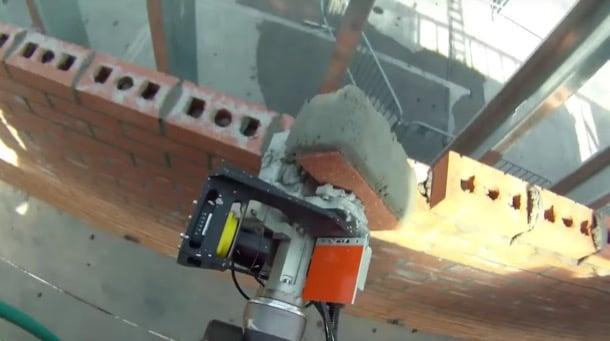 robot albañil SAM colocando ladrillo