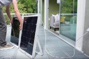 SolPad: panel solar integrado, con inversor, batería, y software