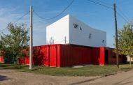 Casa híbrida: dos contenedores + construcción tradicional