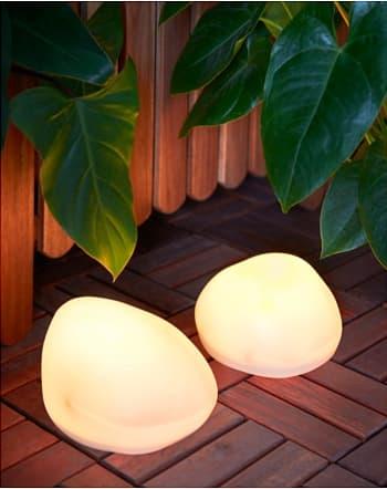 lámpara solar para jardín con forma de piedra IKEA