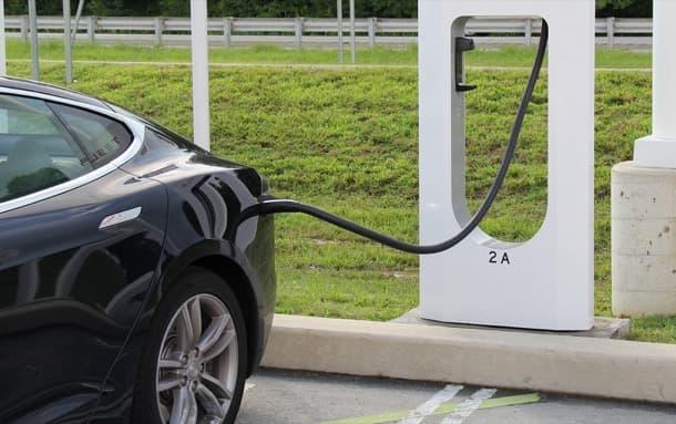 vehículo eléctrico recargando